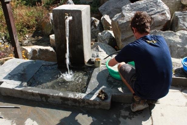 Wäschewaschen mit kaltem Brunnenwasser